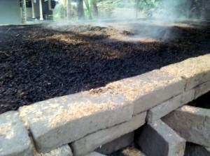 menutup sekam padi sampai area atas konstruksi pembakaran batu bata